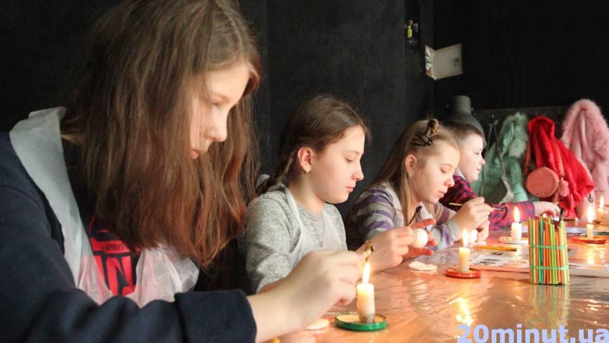 Замість сидіти у телефонах, діти прийшли вчитися писанкарству