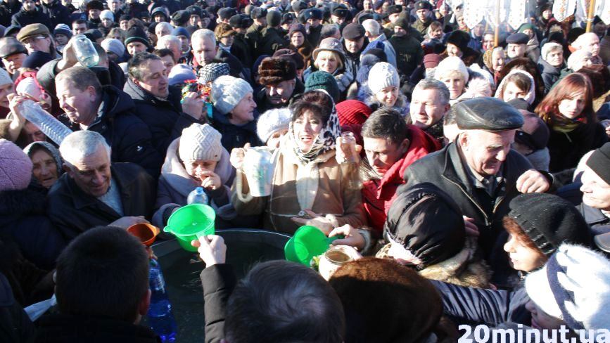 Сотні тернополян наввипередки у парку Шевченка набирали свячену воду (ФОТОРЕПОРТАЖ)