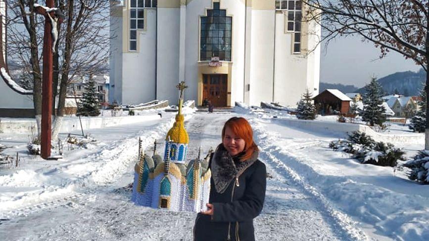 Чортківчанка Христина Глухан створила метрову копію Собору-Тризуба із паперу