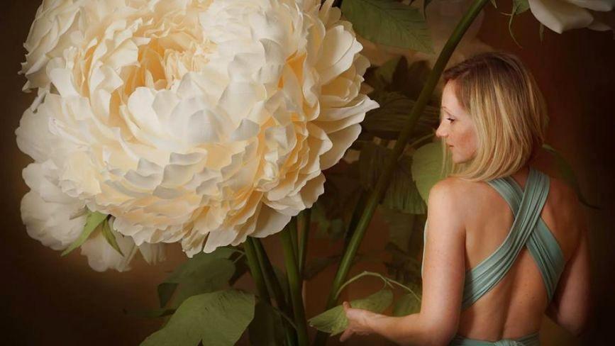 Жінка з Тернопільщини робить гігантські паперові квіти в Америці