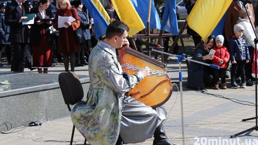 Фото дня: в центрі міста лунали твори Шевченка