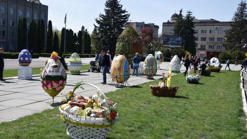 Фото дня: міста Тернопільщини прикрашають писанками та Великодніми інсталяціями