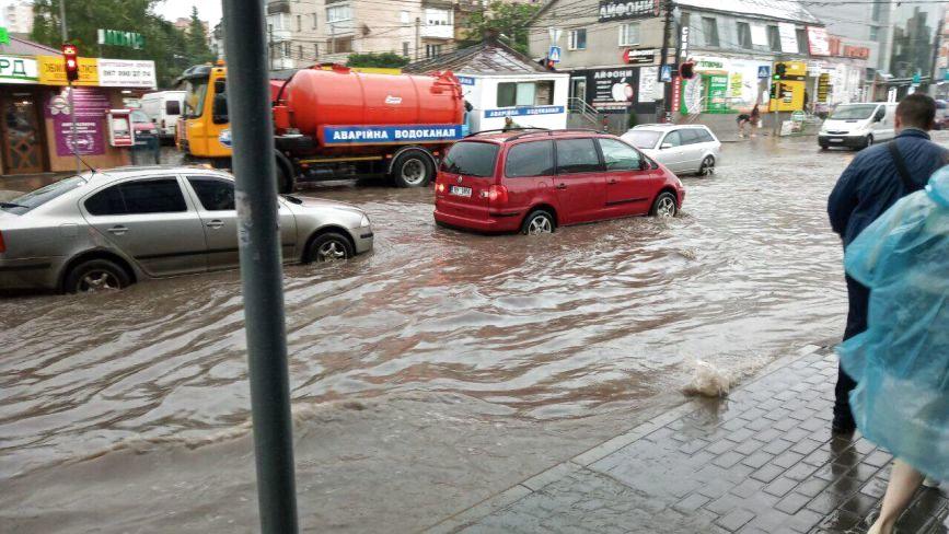 Гроза: у Тернополі плавають не лише вулиці, а й торгові центри(оновлюється)