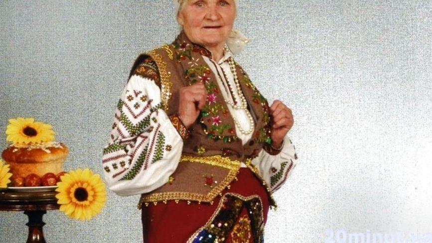 У 92 жителька Тернопільщини влаштовує дефіле, вишиває без окулярів та  їздить на фестивалі