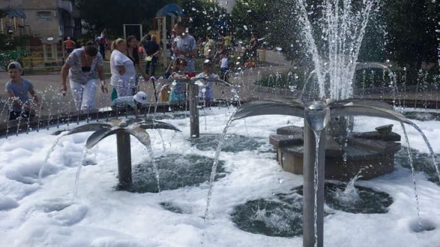 """""""Пінна вечірка"""": у фонтан на Алясці хтось налив миючого засобу"""