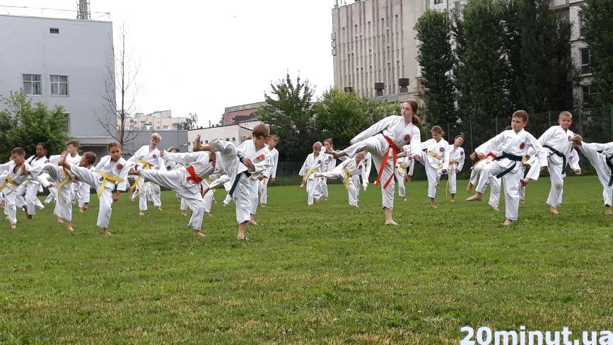 «Ми вчимося не битися, а перемагати»: у Тернополі влаштували поєдинки на траві