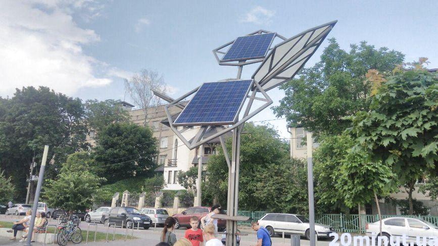 «Сонячні дерева» у Тернополі потерпають від вандалів: коли безкоштовні зарядні станції запрацюють?