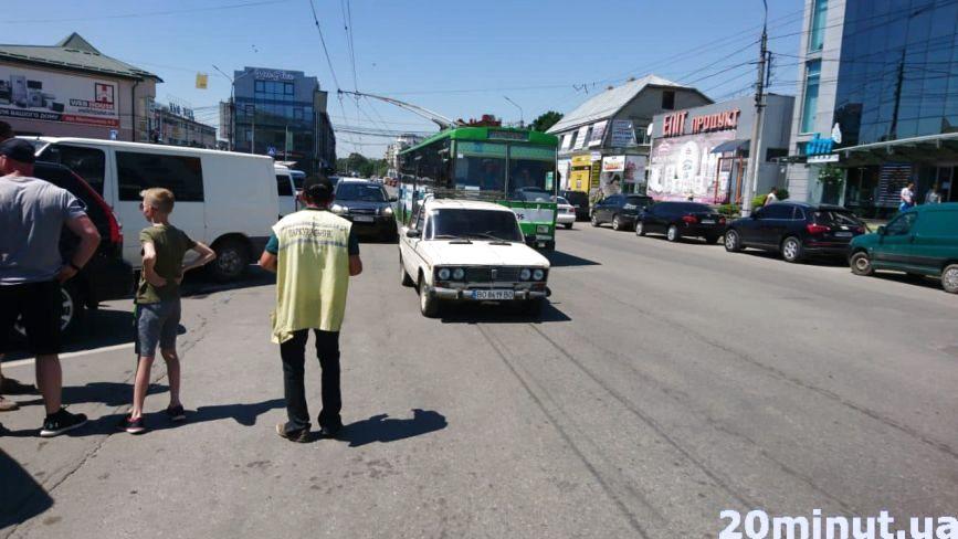 На Живова водій припаркувався посеред дороги і заблокував рух тролейбуса