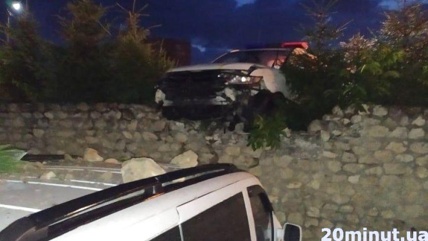 """Вночі біля """"Глобуса"""" поліцейські врізались в паркан. Той посипався і пошкодив кілька авто"""
