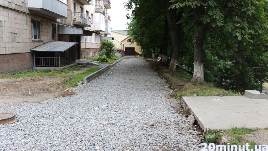 На Яремчука через суперечки мешканців знову зупинили ремонт прибудинкової території