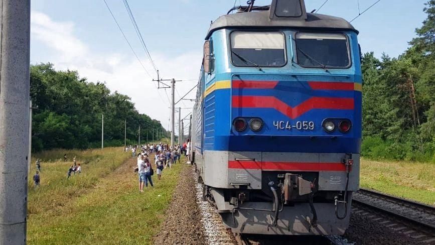 """Застрягли під Києвом: швидкісний потяг """"Тернопіль-Київ"""" зламався в дорозі"""