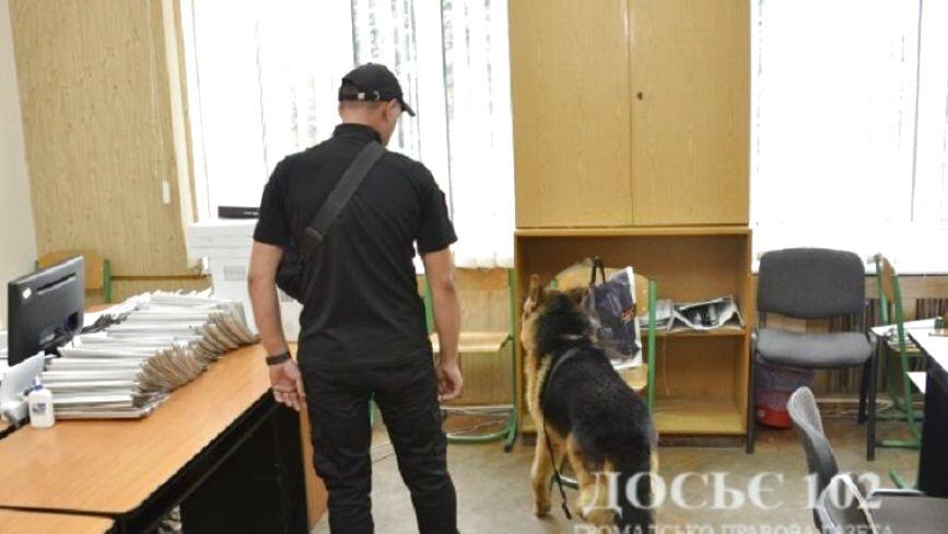 Правоохоронці встановлють особу жартівника, який повідомив про замінування двох університетів у Тернополі