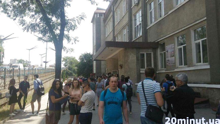 Переполох через сумку: у технічному університеті студентів евакуювали через імовірну вибухівку