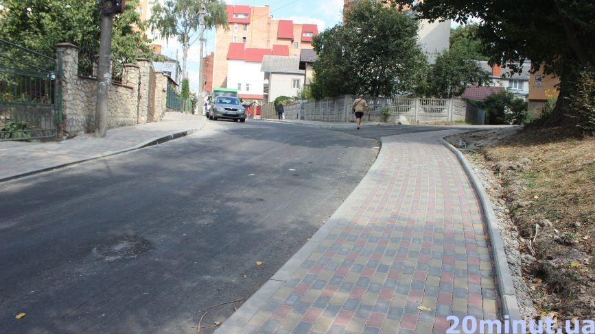 Нові тротуари з бруківки та люки під асфальтом: як виглядає відремонтована Шпитальна