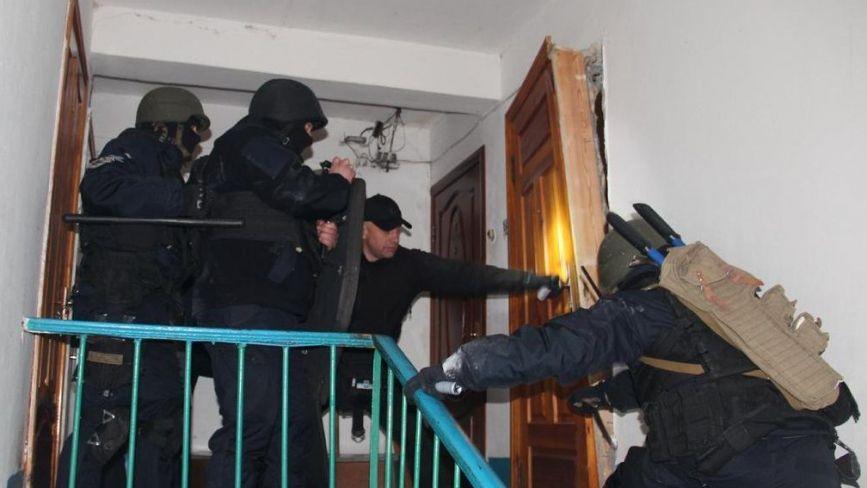 Стукають у двері та допитують: правоохоронці шукають підозрюваних у замаху на ректора ТНЕУ