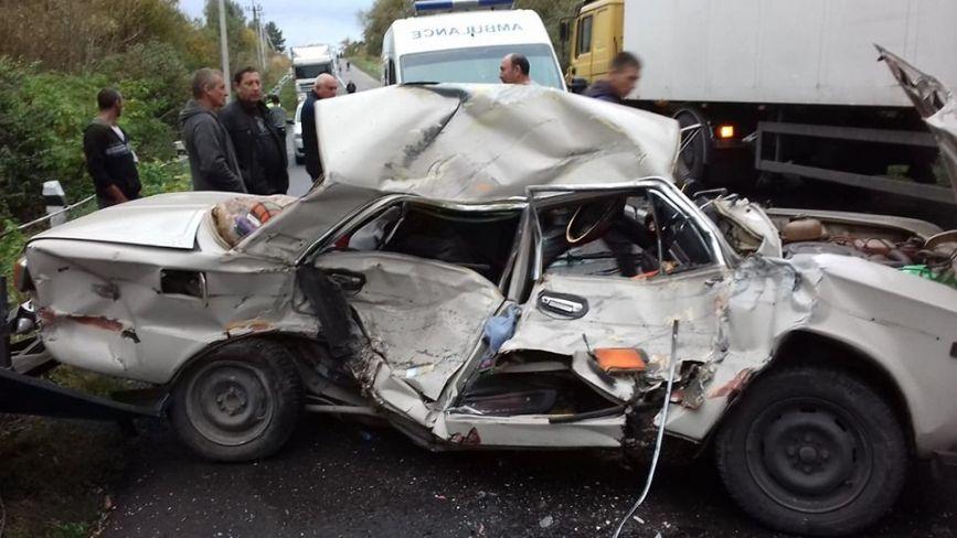 """На Тернопільщині """"Жигулі""""з причіпом дров не розминулися з вантажівкою. Кажуть,  водій народився в сорочці"""