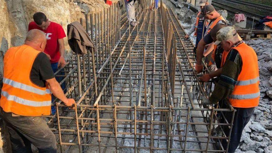 На Гаївському мості встановлюють арматуру та труби газопроводу