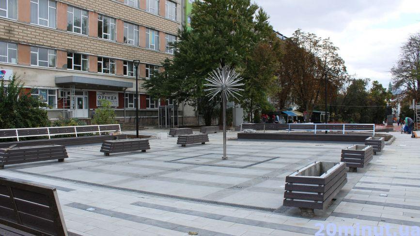 Частину скверу Чорновола відкрили: як виглядає оновлена площа