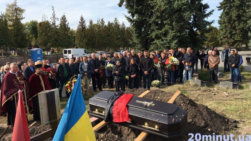 """""""На небі він буде і бігати, і літати"""": Тернопіль попрощався із депутатом Олександром Баштою"""