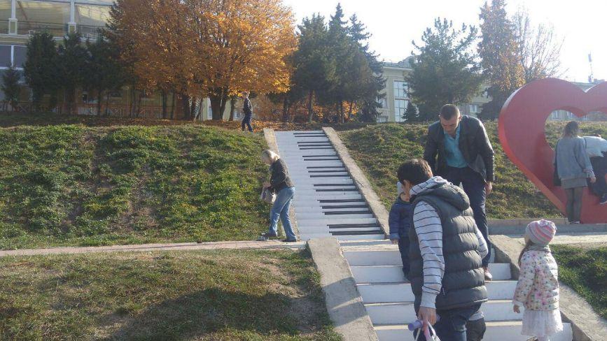 Фото дня: сходи в парку Шевченка тепер у вигляді піаніно