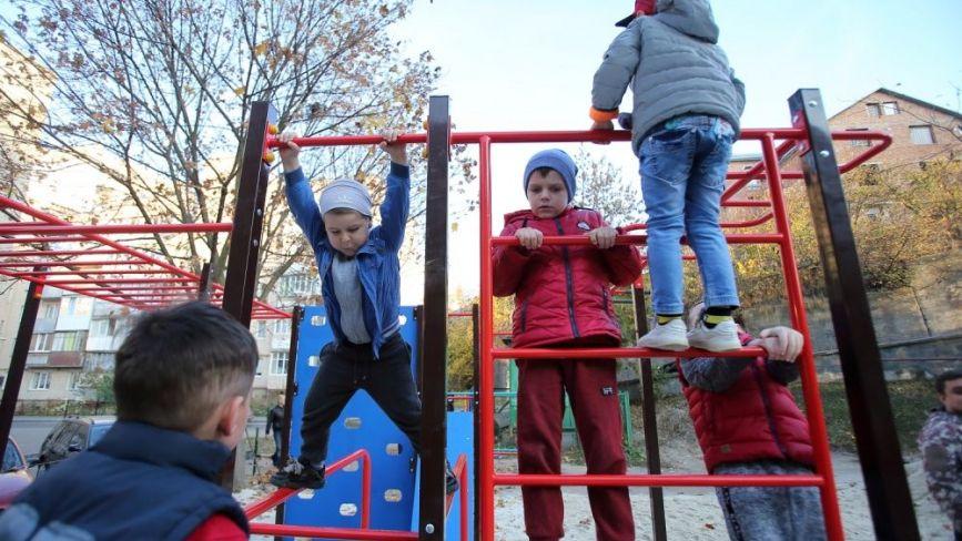 Громадський бюджет: на вул. Галицька, 52 відкрили оновлений дитячий майданчик