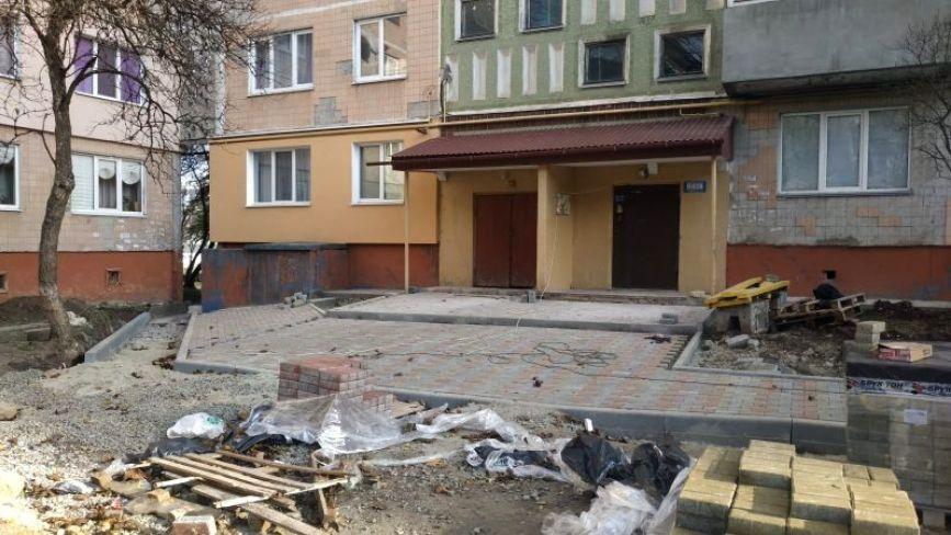 На Протасевича, 4 роблять нові тротуари та пішохідну доріжку