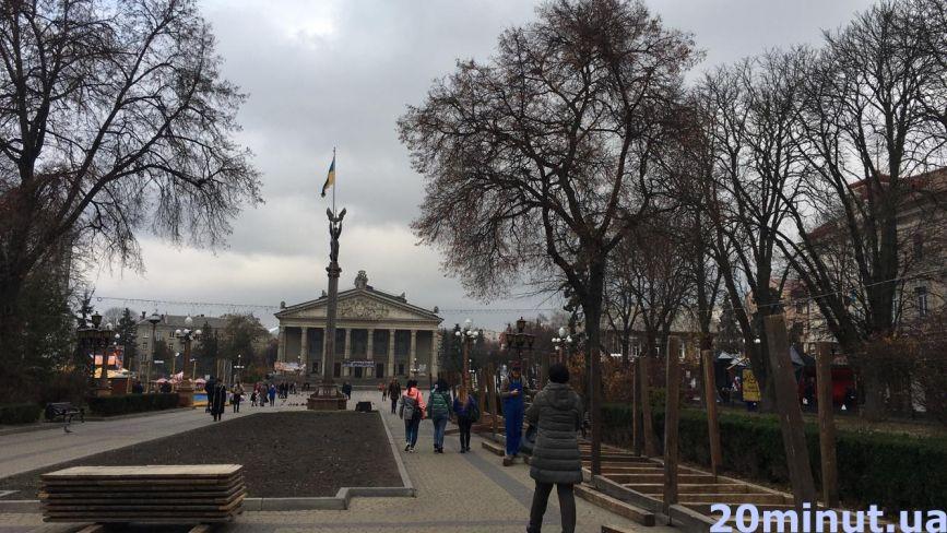Фото дня: поблизу Театрального майдану вже монтують МАФи для зимового містечка