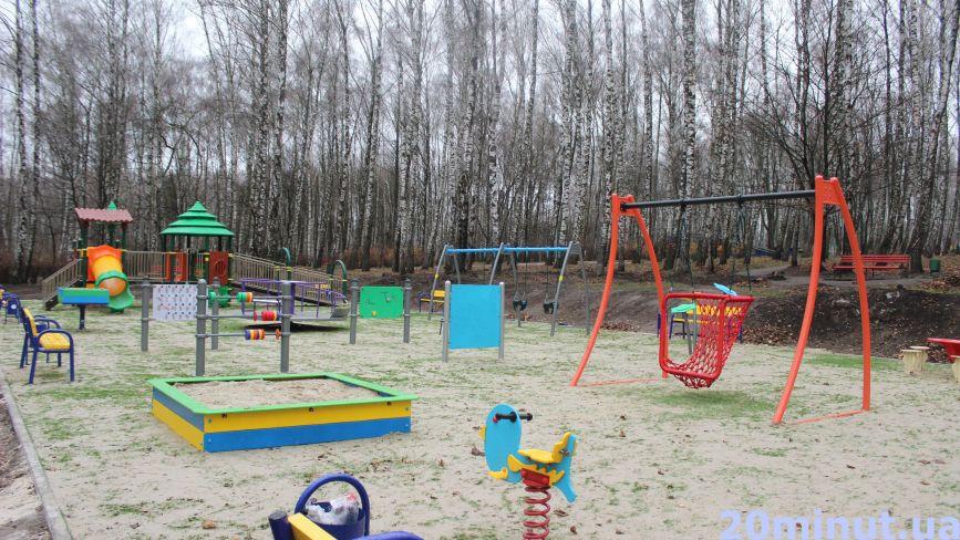 Вандалізм: інклюзивний дитмайданчик в парку ще не відкрили, а вже понищили