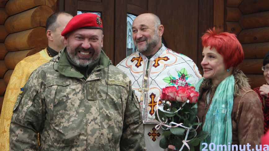 Їх об'єднала війна та кохання: у Тернополі обвінчались військовий та волонтерка