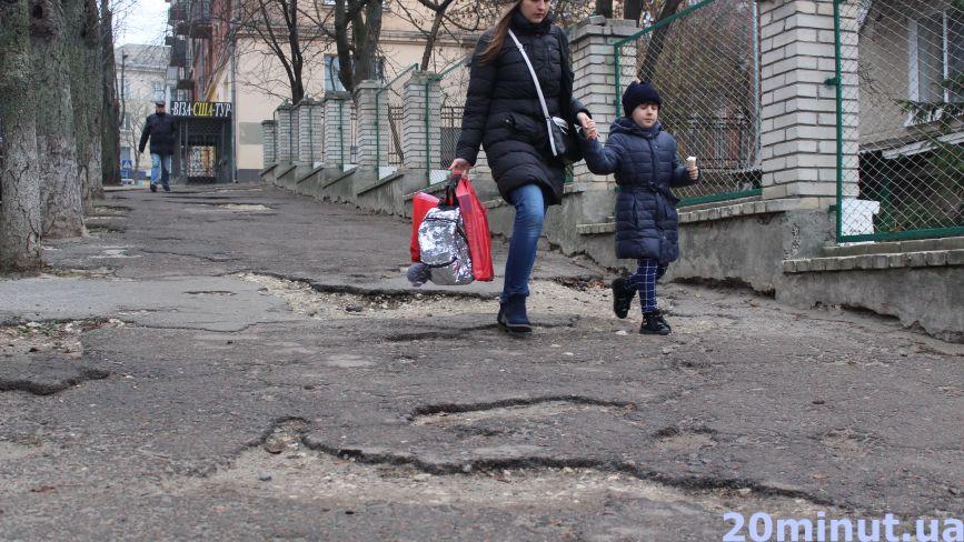 «Тротуар біля садочку розбитий, а нікому діла до нього немає»: скаржаться тернополяни