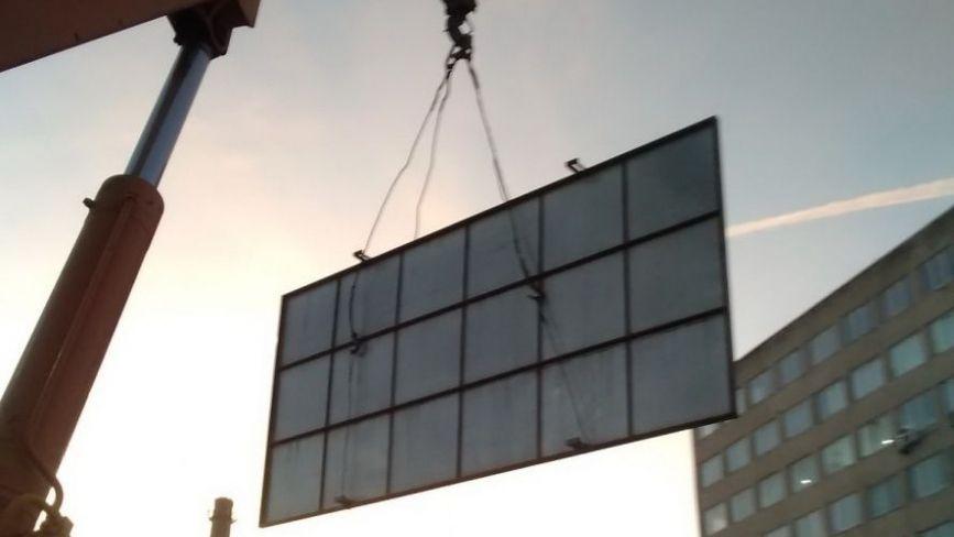 На вул. 15 Квітня демонтували незаконно встановлений білборд