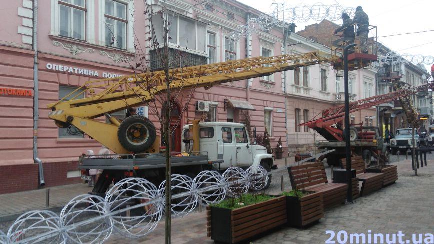 Фото дня: на вулиці Чорновола встановлюють новорічні гірлянди, вулицю перекрили