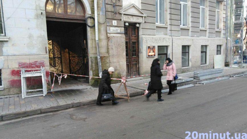Через ремонт фасаду будинку на бульварі Шевченка люди ходять по проїжджій частині
