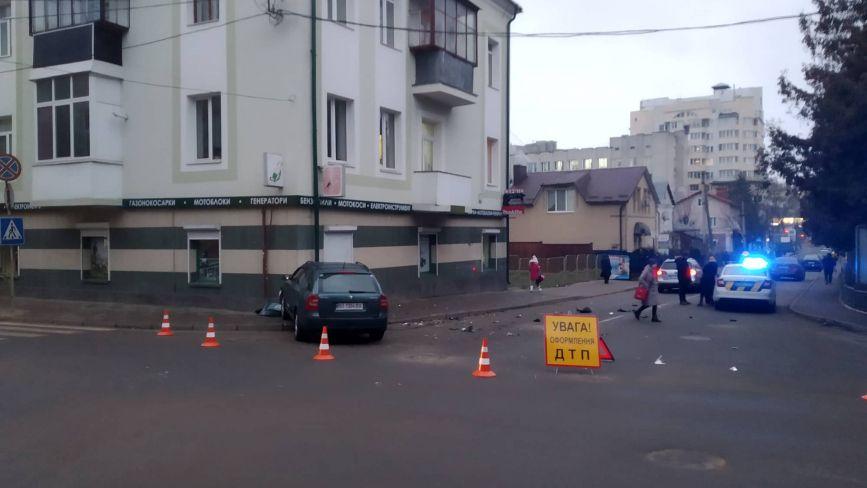 На Шашкевича автомобіль в'їхав в будинок. Водії кажуть - треба світлофор.