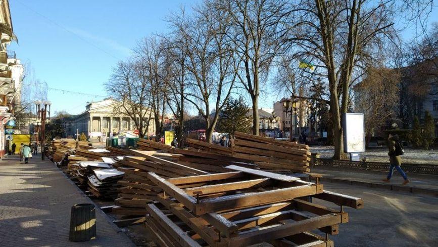 """Фото дня: на Театральному майдані демонтують """"будиночки"""" із зимового містечка."""