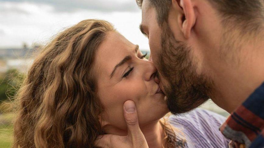 """""""Мають знеболювальну дію та допомагають схуднути"""": лікарі розповіли чому корисно та небезпечно цілуватись"""