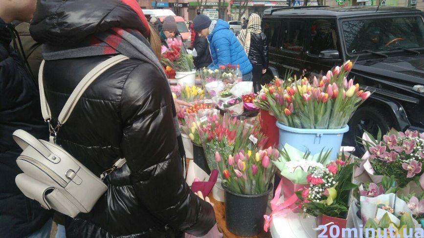 «Стоятимемо до ночі»: у Тернополі ажіотаж на квіти. Що продають та за скільки