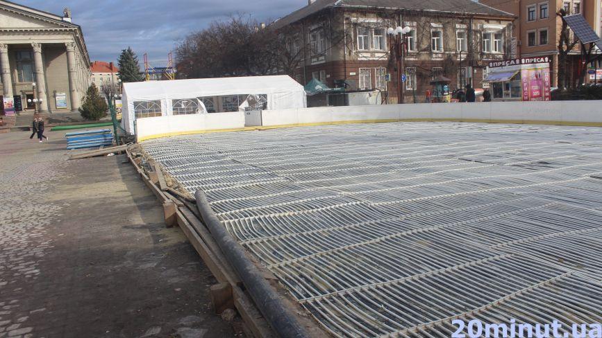 Фото дня: на Театральному майдані почали розбирати зимову ковзанку