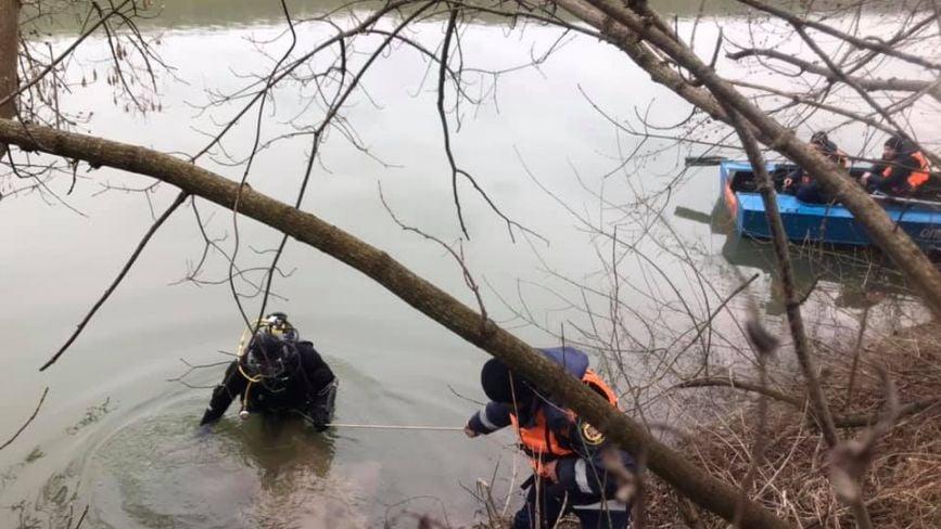 На Дністрі другий день тривають пошуки рибалки, який випав з човна (ФОТО)