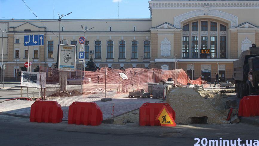 Робітники в масках закінчують реконструкцію Привокзального майдану. Як виглядає площа (ФОТОРЕПОРТАЖ)