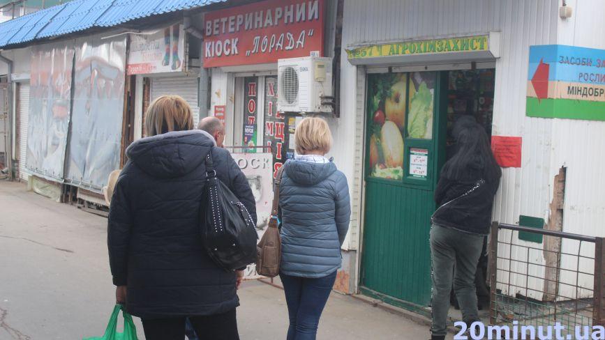 Люди в чергах за насінням: що купують та чи можуть садівничі магазини працювати під час карантину