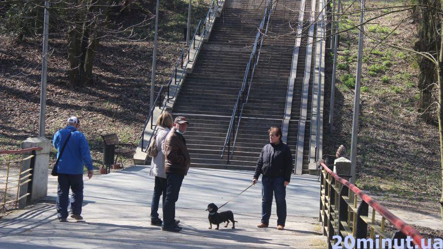 Гуляють в парках, з дітьми та без масок: чи дотримуються тернополяни нових правил (ФОТОРЕПОРТАЖ)