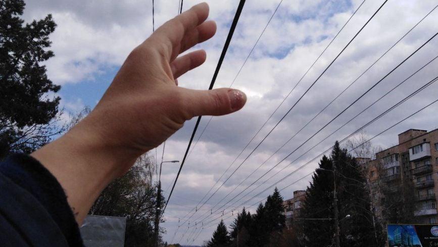 На Бандери обірвані дроти висять на відстані руки: куди звертатись у випадку аварій