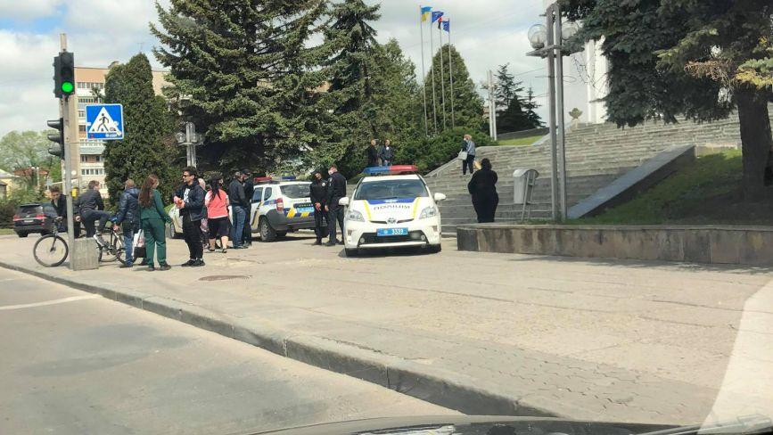 Біля ОДА - пікет, поліція перекрила сходи. Що вимагають тернополяни?