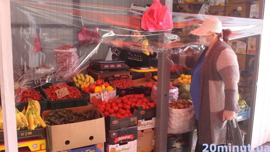 Купують тут, бо дешевше? Скільки коштують ранні овочі та фрукти на ринку (ЦІНИ)