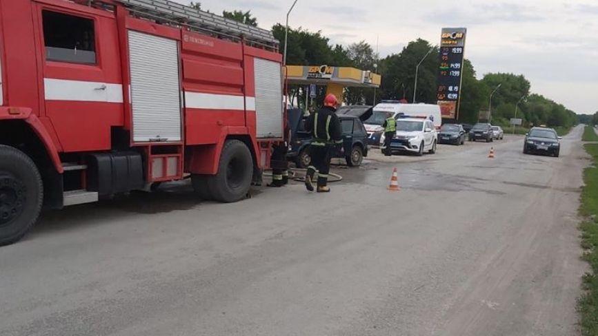 На заправці в Борщеві загорівся автомобіль: водій отримав опіки(ФОТО)