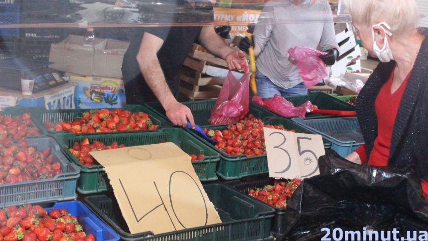 """Полуниця з Заліщиків, абрикоси з Іспанії. Ціни на літні фрукти поки що """"кусаються"""""""