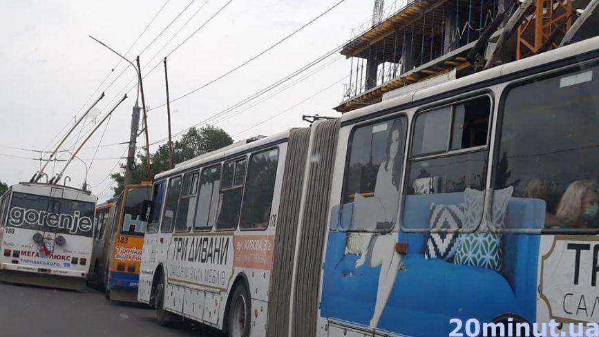 На 15 Квітня через вантажівку повністю заблокований рух тролейбусів. Утворився затор (ФОТО)