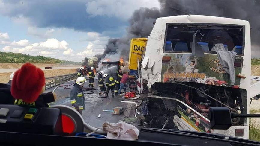 У Польщі в аварію потрапив автобус, який їхав з Тернополя. Є травмовані, одна особа - у критичному стані (ФОТО)