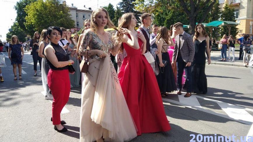 Не всі у масках,  але з гарним настроєм: у Тернополі пройшла хода випускників (РЕПОРТАЖ)